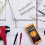 Olika rit- och mätverktyg som ligger på en ritning