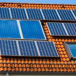 Solpaneler på ett hustak