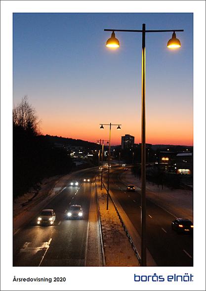 Framsida med siluett över Borås på Borås Elnäts årsredovisning 2020.