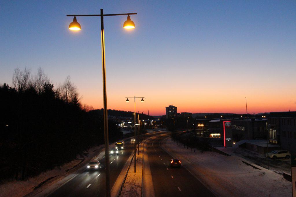Belysning längs med riksväg 40 med Borås siluett i bakgrunden