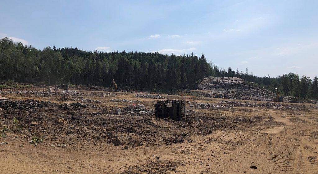 Byggarbetsplats med grävmaskiner i Tosseryd.